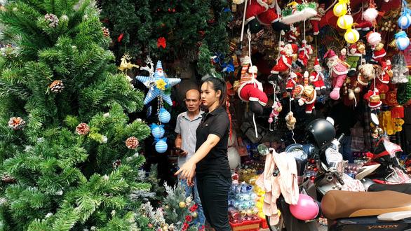 Tưng bừng không khí mua sắm, trang trí Giáng sinh - Ảnh 2.