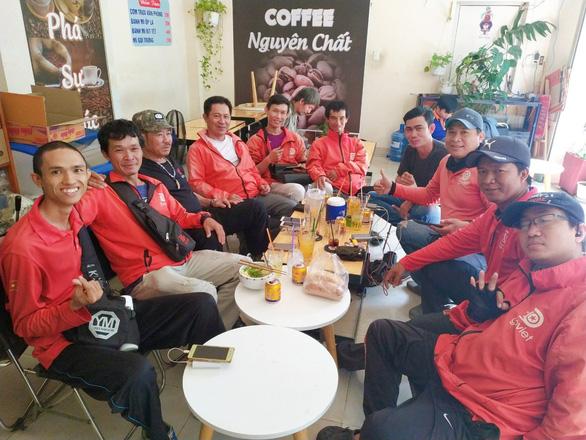 Câu chuyện về những hiệp sĩ áo đỏ rong ruổi khắp Sài Gòn - Ảnh 2.