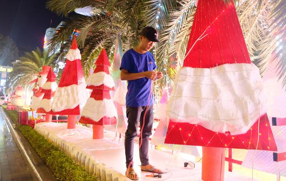 Tưng bừng không khí mua sắm, trang trí Giáng sinh - Ảnh 1.