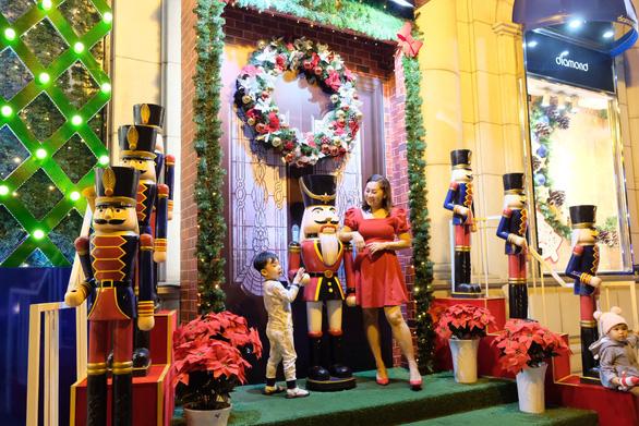 Tưng bừng không khí mua sắm, trang trí Giáng sinh - Ảnh 3.