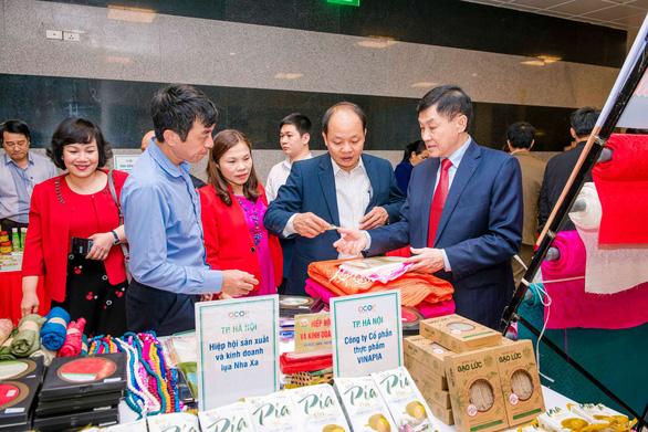 Vua hàng hiệu Johnathan Hạnh Nguyễn chỉ cách bán đặc sản cao cấp - Ảnh 1.