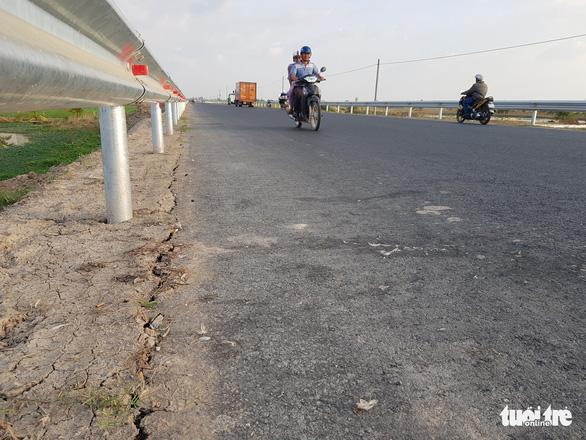 Đường tránh quốc lộ 91 chưa làm xong đã nứt lề đường - Ảnh 1.