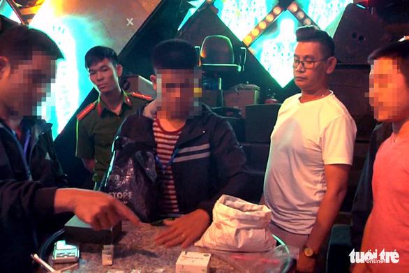 Bắt tạm giam người quản lý và 5 nhân viên quán bar bán ma túy - Ảnh 1.