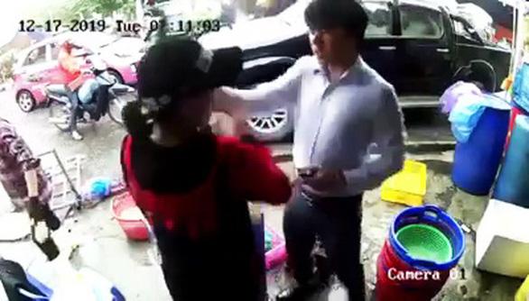 Thanh niên bảnh bao xuống ôtô tát tới tấp một phụ nữ bị phản ứng mạnh - Ảnh 2.