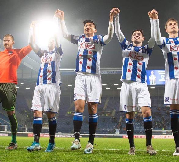 Văn Hậu ra sân lần đầu và ăn mừng chiến thắng với Heerenveen - Ảnh 3.