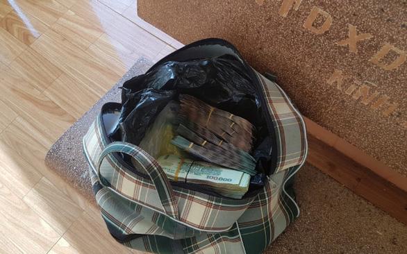 Trao trả 280 triệu cho người bỏ quên suốt đêm trước quán cơm - Ảnh 2.