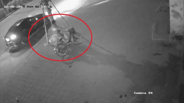 Video tài xế nghi tông cụ bà đi tập thể dục chết rồi xóa hiện trường - Ảnh 2.
