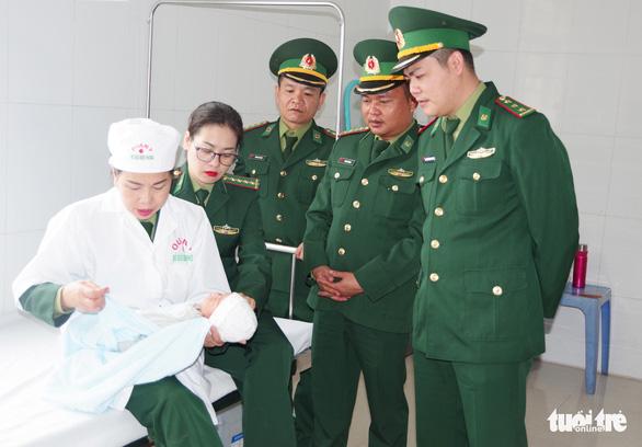 Tạm giữ hai nghi phạm Trung Quốc định đưa trẻ sơ sinh qua biên giới bán - Ảnh 2.