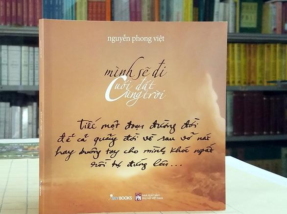 Phong Việt ra tập thơ mới Mình sẽ đi cuối đất cùng trời - Ảnh 1.
