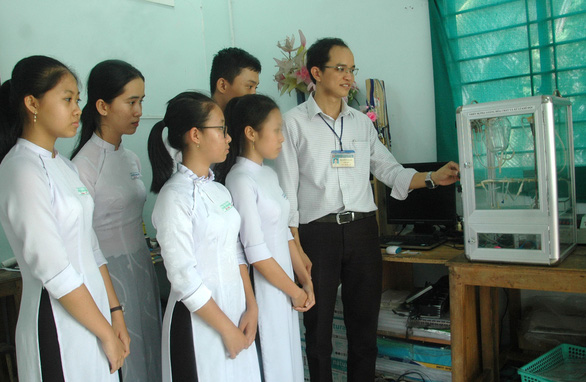 Thầy giáo gom ve chai làm thiết bị thí nghiệm để trò vui học hóa - Ảnh 3.