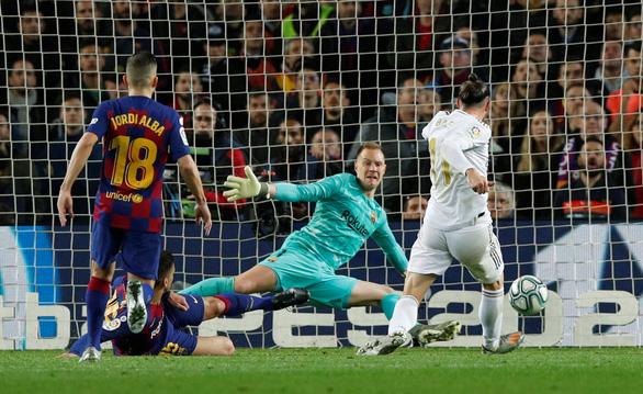 Barcelona và Real Madrid bất phân thắng bại trong trận 'siêu kinh điển' - Ảnh 2.