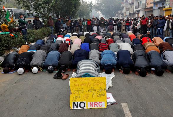Biểu tình lan rộng, Ấn Độ phải ban lệnh giới nghiêm, cắt Internet - Ảnh 2.