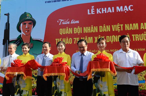 Khai mạc triển lãm ảnh về quân đội nhân dân Việt Nam anh hùng - Ảnh 2.