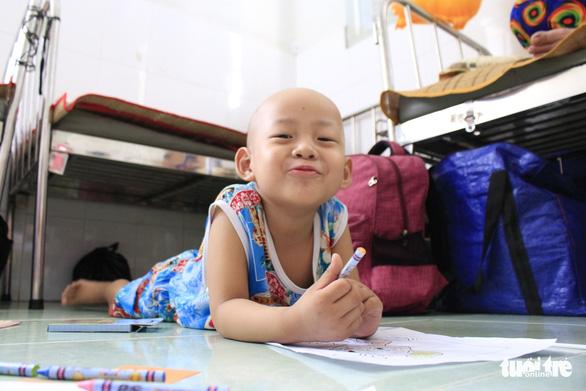 Trao quà ước nguyện đến hàng trăm bệnh nhi ung thư - Ảnh 4.