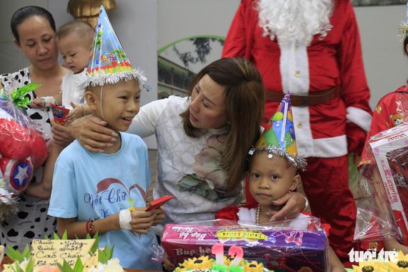 Trao quà ước nguyện đến hàng trăm bệnh nhi ung thư - Ảnh 11.