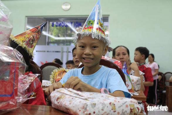 Trao quà ước nguyện đến hàng trăm bệnh nhi ung thư - Ảnh 12.