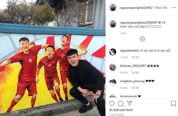 Video cầu thủ U23 Việt Nam lặng nhìn thầy Park ôm mẹ khóc khi về thăm nhà - Ảnh 5.
