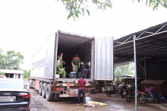 3 xe tải mới chở hết gần 4.500 chai rượu ngoại lậu - Ảnh 2.