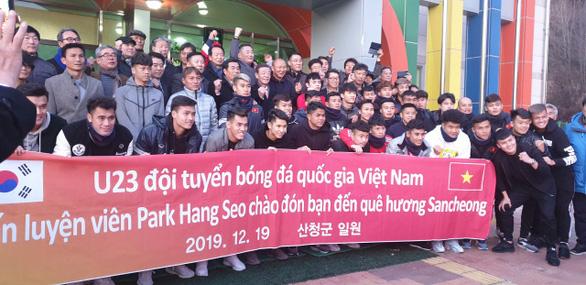 Video cầu thủ U23 Việt Nam lặng nhìn thầy Park ôm mẹ khóc khi về thăm nhà - Ảnh 4.