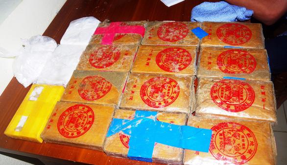 Tặng giấy khen cho người dân nhặt ma túy giao nộp biên phòng - Ảnh 4.