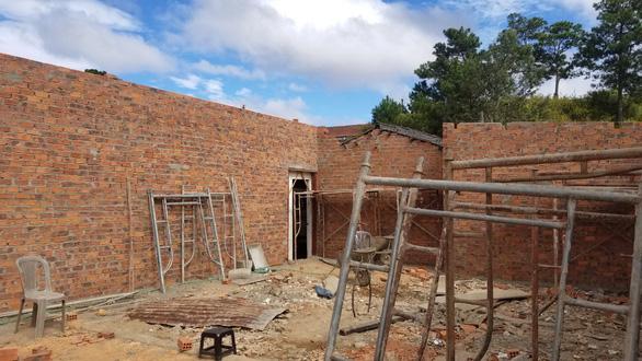 Thiếu tá công an phá nhà công vụ rồi xây nhà trái phép - Ảnh 2.