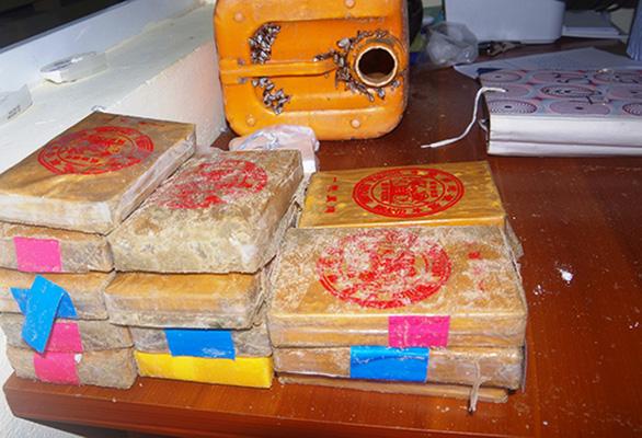 Thêm một bánh ma túy dạt vào bờ được dân Quảng Nam nộp cho biên phòng - Ảnh 1.