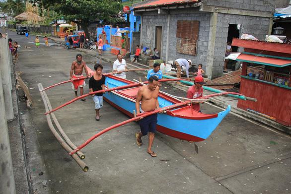 Người Philippines bồng bế chạy siêu bão Kammuri, SEA Games hồi hộp - Ảnh 2.