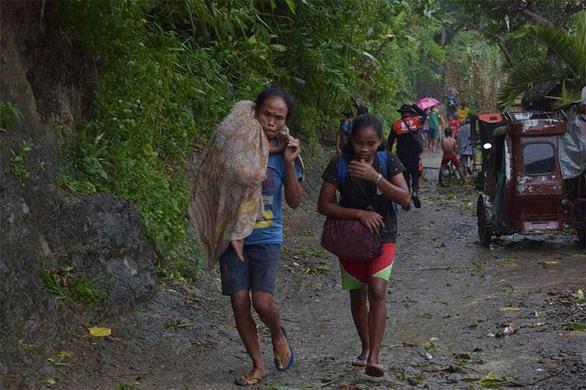 Người Philippines bồng bế chạy siêu bão Kammuri, SEA Games hồi hộp - Ảnh 1.