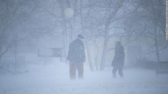 Bão tuyết mù mịt ở cả 2 miền đông, tây nước Mỹ, hơn 6.200 chuyến bay bị hủy, hoãn - Ảnh 1.