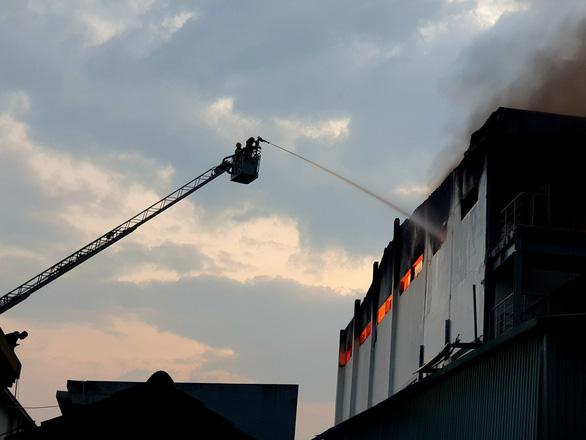 Khói lửa cuồn cuộn ở công ty sản xuất bánh kẹo trong KCN Sóng Thần - Ảnh 5.