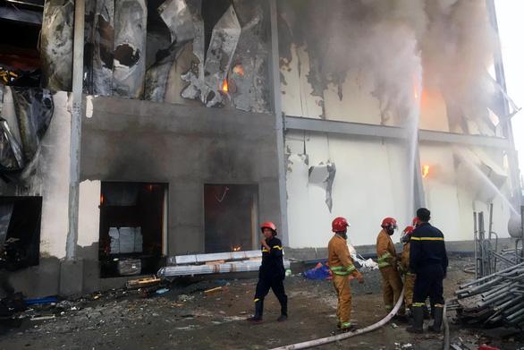Khói lửa cuồn cuộn ở công ty sản xuất bánh kẹo trong KCN Sóng Thần - Ảnh 4.