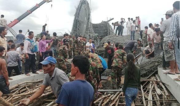 Sập chùa đang xây, hàng chục người Campuchia bị vùi lấp - Ảnh 1.
