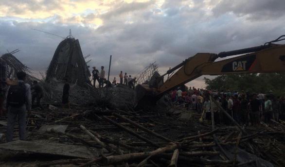 Sập chùa đang xây, hàng chục người Campuchia bị vùi lấp - Ảnh 2.