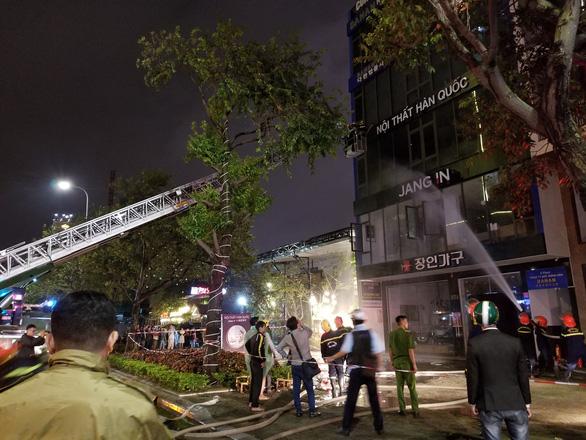 8 xe chữa cháy ứng cứu cửa hàng nội thất tại Đà Nẵng trong mưa lớn - Ảnh 1.