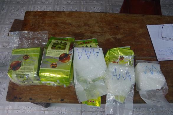 Tiếp tục phát hiện chất bột trắng nghi ma túy ở dọc bờ biển - Ảnh 1.