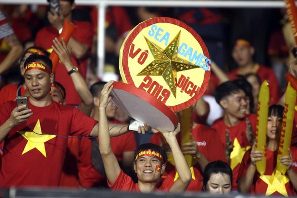 CĐV Việt Nam tại Philippines vỡ òa trước chiến thắng của thầy trò ông Park - Ảnh 3.