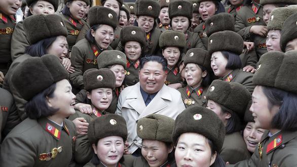 Ông Kim Jong Un gây tranh cãi khi thay đổi phong cách thời trang - Ảnh 6.