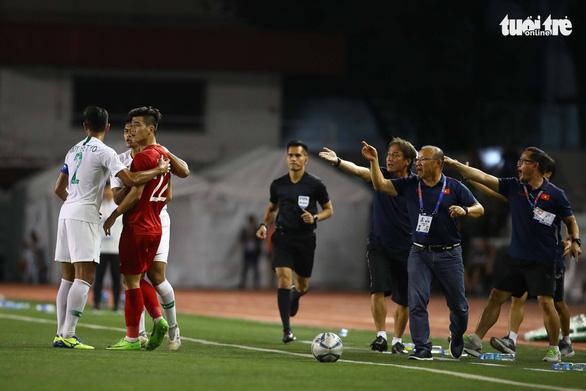 Phút 73, cầu thủ 2 bên lao vào nhau, ông Park kéo áo Tiến Linh lại - Ảnh 1.
