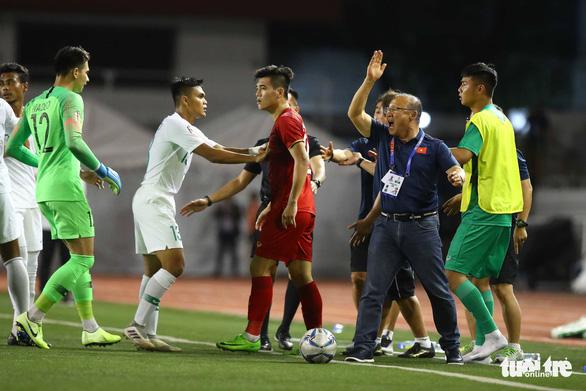 Phút 73, cầu thủ 2 bên lao vào nhau, ông Park kéo áo Tiến Linh lại - Ảnh 2.