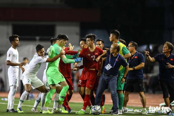 Phút 73, cầu thủ 2 bên lao vào nhau, ông Park kéo áo Tiến Linh lại - Ảnh 4.