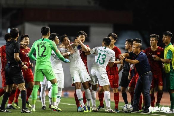 Phút 73, cầu thủ 2 bên lao vào nhau, ông Park kéo áo Tiến Linh lại - Ảnh 6.