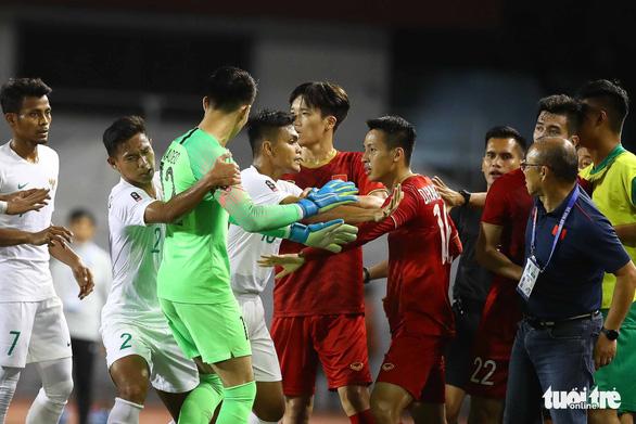 Phút 73, cầu thủ 2 bên lao vào nhau, ông Park kéo áo Tiến Linh lại - Ảnh 3.