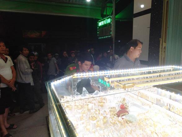 Chủ tiệm vàng kể lại vụ cướp manh động lúc xem U22 Việt Nam đá U22 Indonesia - Ảnh 1.