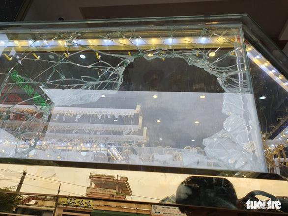Chủ tiệm vàng kể lại vụ cướp manh động lúc xem U22 Việt Nam đá U22 Indonesia - Ảnh 3.