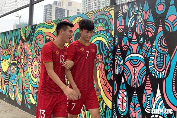 Quang Hải, Bùi Tiến Dũng và các đồng đội cười rạng rỡ trên sân tập sau trận thắng U22 Indonesia - Ảnh 5.