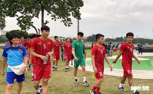 Quang Hải, Bùi Tiến Dũng và các đồng đội cười rạng rỡ trên sân tập sau trận thắng U22 Indonesia - Ảnh 7.