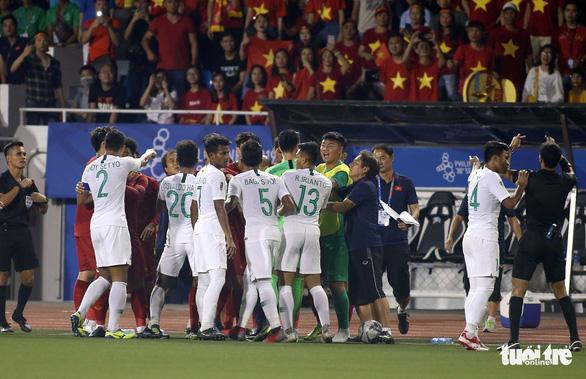 Phút 73, cầu thủ 2 bên lao vào nhau, ông Park kéo áo Tiến Linh lại - Ảnh 5.
