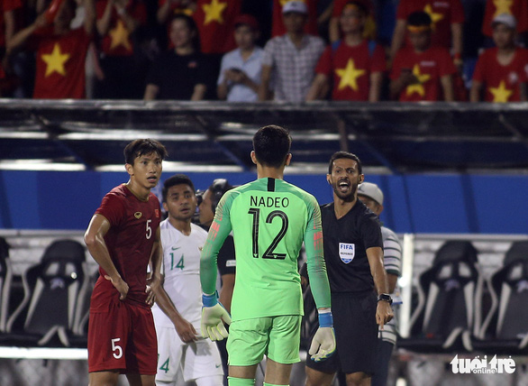 Phút 73, cầu thủ 2 bên lao vào nhau, ông Park kéo áo Tiến Linh lại - Ảnh 7.