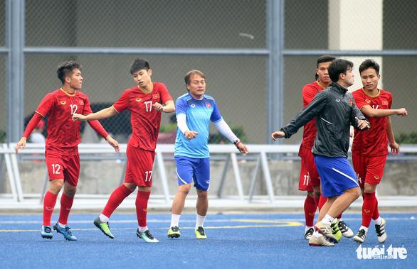 Quang Hải, Bùi Tiến Dũng và các đồng đội cười rạng rỡ trên sân tập sau trận thắng U22 Indonesia - Ảnh 2.