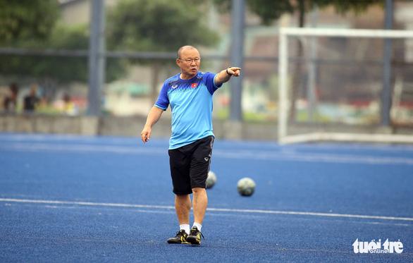 Quang Hải, Bùi Tiến Dũng và các đồng đội cười rạng rỡ trên sân tập sau trận thắng U22 Indonesia - Ảnh 1.
